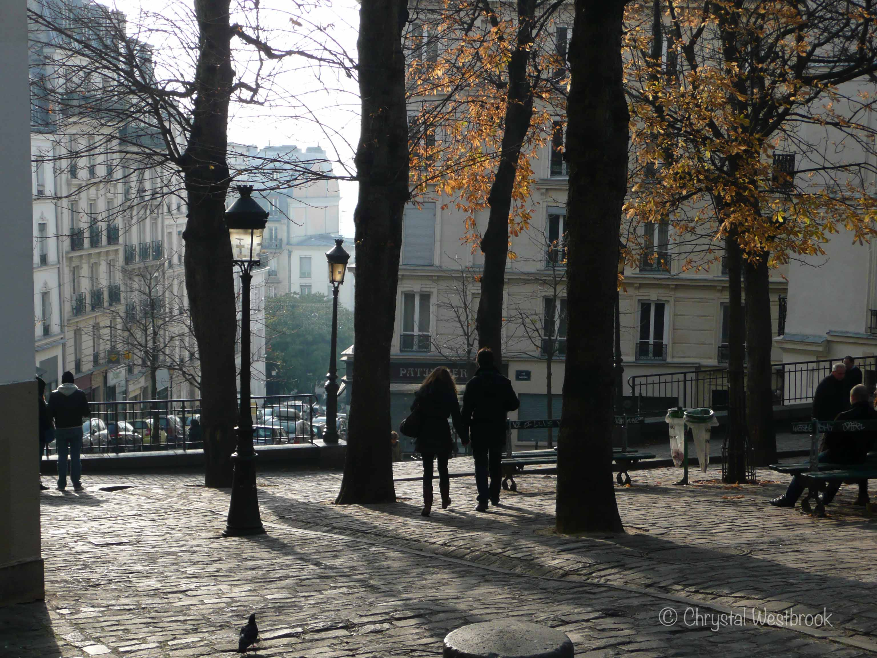 [IMAGE] Couple walking through a Paris square